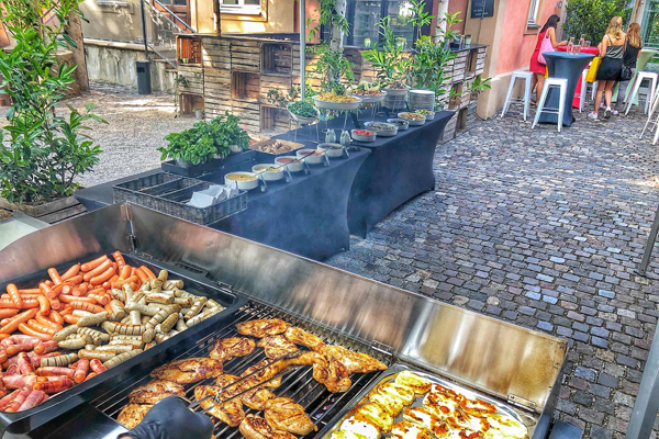 Fleisch und Würtchen auf Grill - BBQ & Grillbuffets München