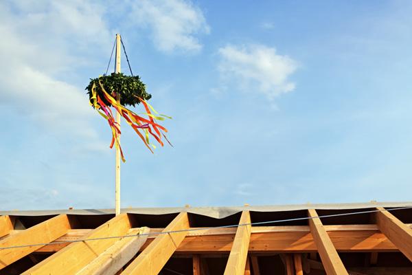 Richtkranz am Gebäude-Holzgerüst - Richtfest Catering