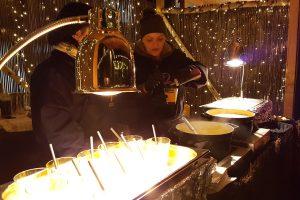 Frau bereitet Heißgetränk - Weihnachtsmarkt Foodtruck München