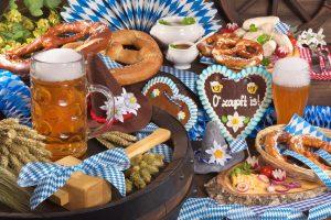 Bayerisch gedeckte Tafel mit Bier und Brezeln