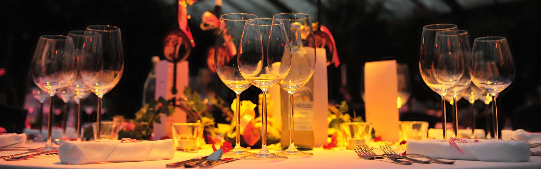 Stimmungsvoll gedeckter Tisch - Unikorn Catering München