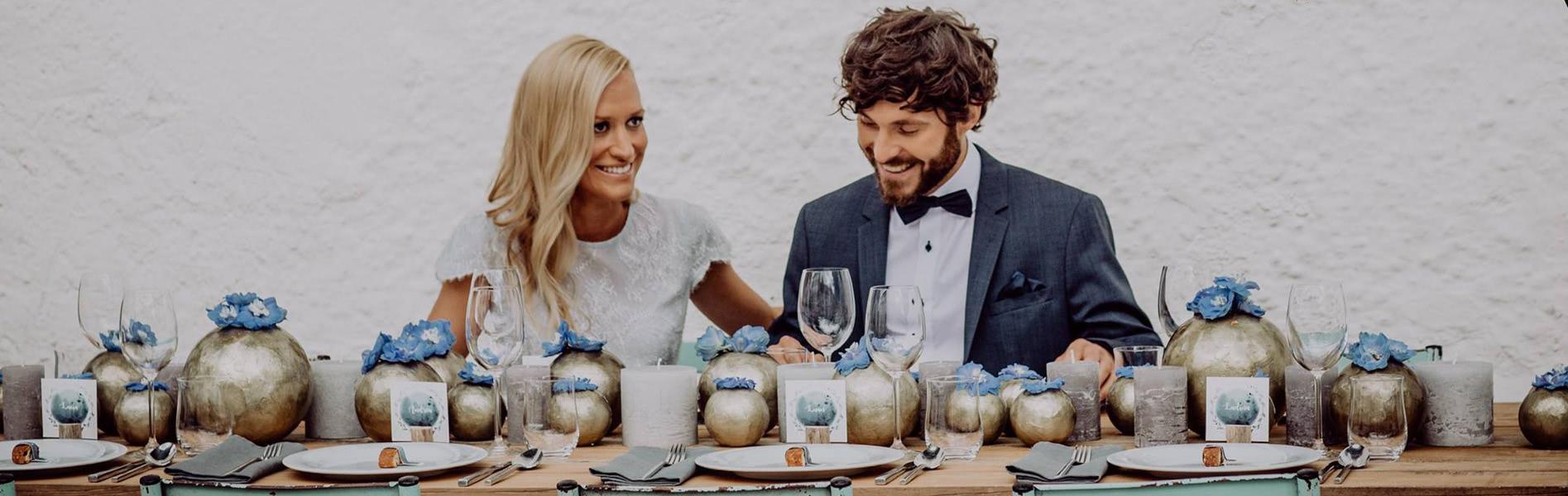 Brautpaar an dekoriertem Tisch